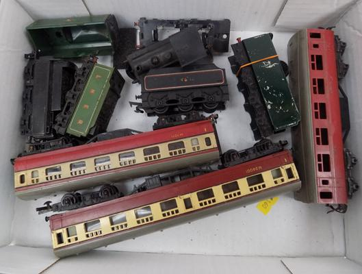 Collection of 00 gauge railway tenders + carriages