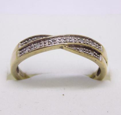 9ct gold cross over diamond ring - size N 1/2