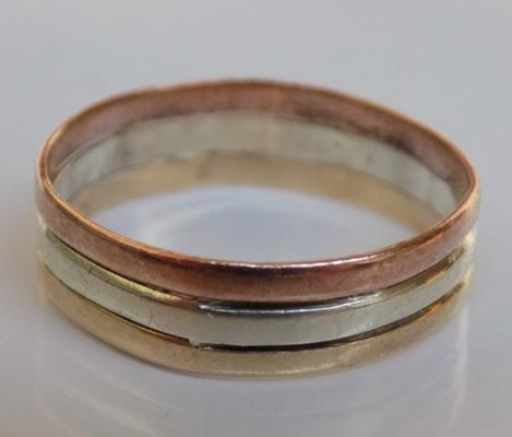 9ct gold tri-coloured band ring (yellow, white, rose gold) - approx. size P