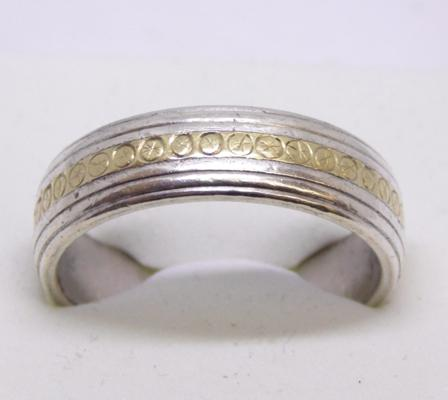 9ct gold and silver ring - size V 1/2