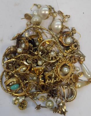Selection of yellow metal jewellery inc vintage 9ct gold earring & other pieces