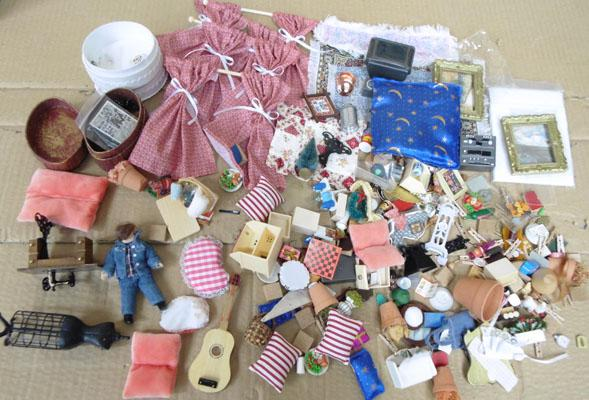 Large collection of doll's house accessories/metal/plastic etc.