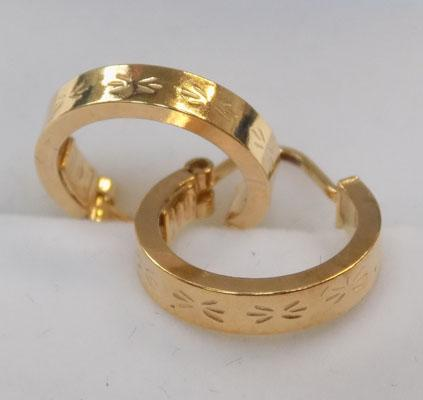 Pair of gold hoop earring pattoned