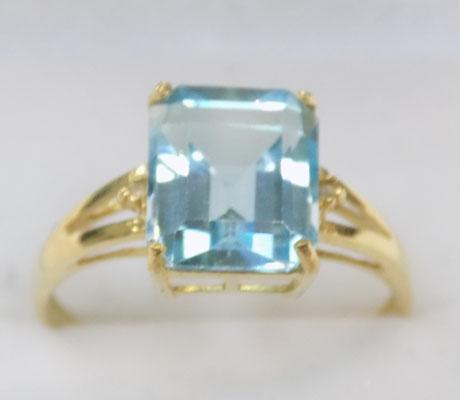 9ct gold blue topaz ring emerald cut stones size O1/2