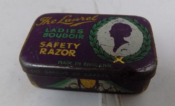 Mini razor in tin