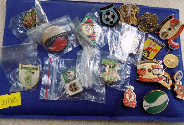 Selection of 20 football badges mainly Bradford Park Avenue & Manchester united