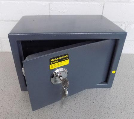 Mechanical safe and 3 keys