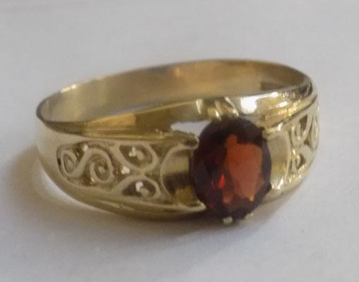 9ct Gold garnet solitaire ring-ornate shoulders Y3/4