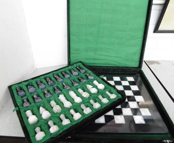Marble Onyx vintage chess set in original case (no damage)