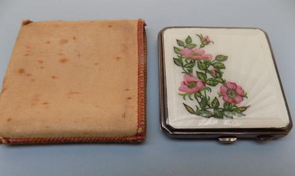 Vintage compact Guiosh & silver style pattern. No visible hallmark, could be under plastic film under the mirror. Awarded to Mrs WE Jones (Ernest Jones wife) President of Miners Union.