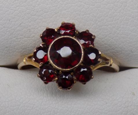 9ct gold garnet cluster ring - approx. N
