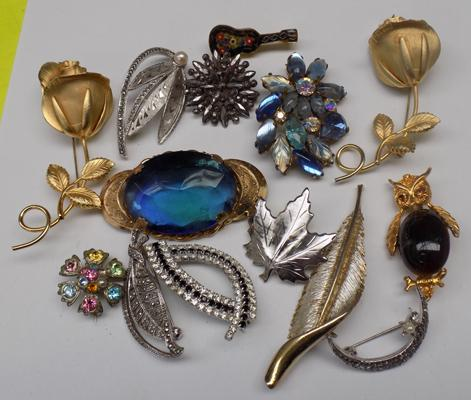 Good selection of vintage brooches and other brooches