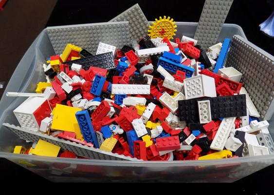 Box of good quality vintage LEGO