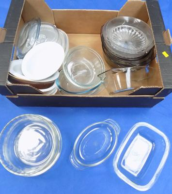 Box of assorted kitchen pyrex