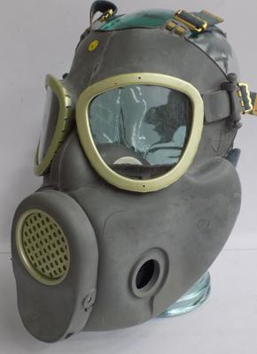 Polish army gas mask, brand new in bag, display head not included