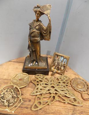 Selection of brass including; Geisha Karmiko photo frame and horse brasses