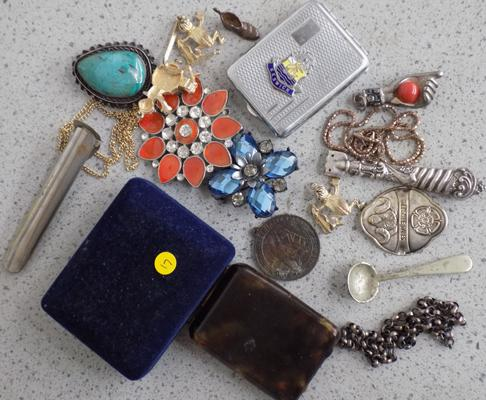 Collection of vintage and modern brooches, trinkets, silver, card cases - medal