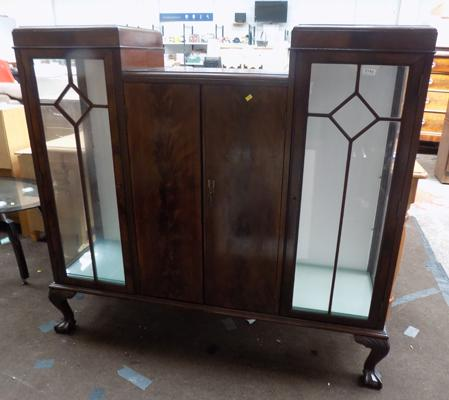 Glass display cabinet with middle section