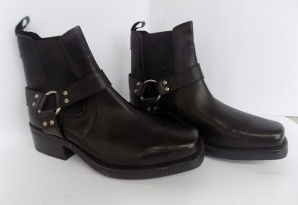 Pair of black leather men's boots - size 9 - never worn
