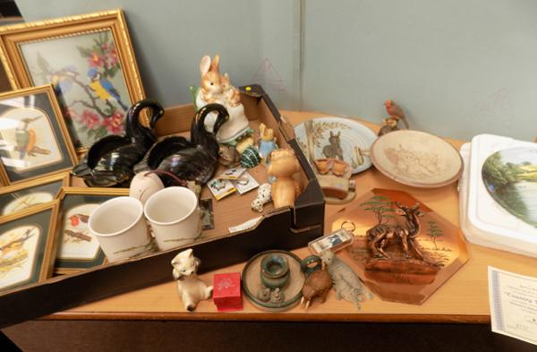Box of animal ornaments, pictures & Wedgwood plate