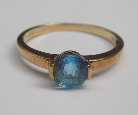 9ct gold cushion cut blue topaz solitaire ring - size O