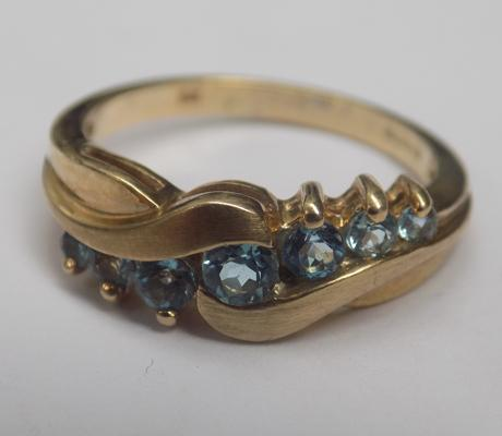 9ct gold blue topaz crossover ring - size L1/2