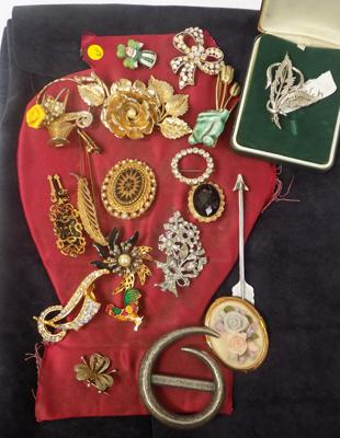 17 brooches & 1 silver