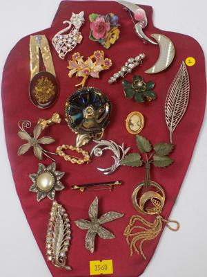 Tray of 22 brooches