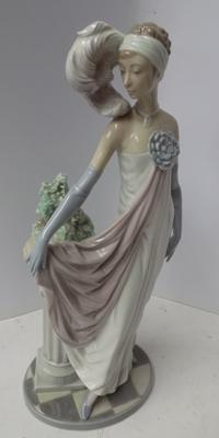 Rare Lladro Socialite of 1920s figure. Retired model 5283, sculpted by Vincent Martinez.