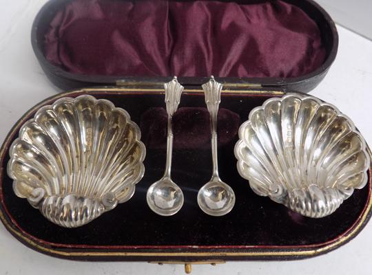 Antique 1914 Walker & Hall solid silver shell salts & spoons- cased, approx 30gms combined