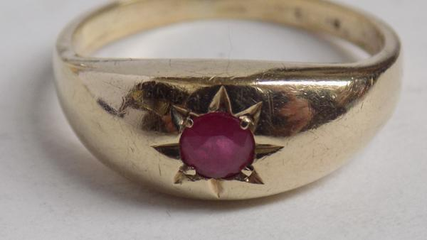9ct Gold gypsy style ruby solitaire ring-size R1/2