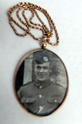 9ct Gold chain & WWI sweetheart pendant-soldier from Scottish regiment