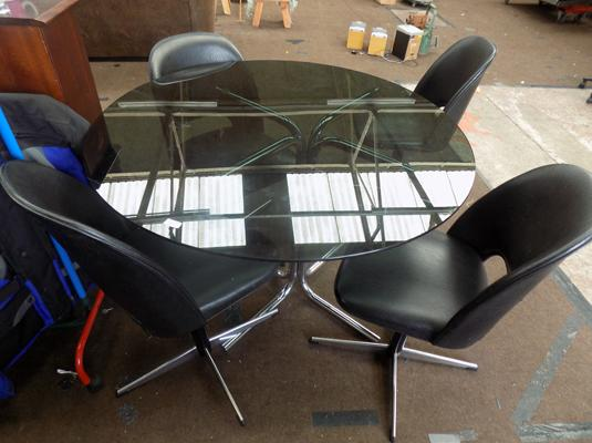 1960 4 bucket chairs and round table