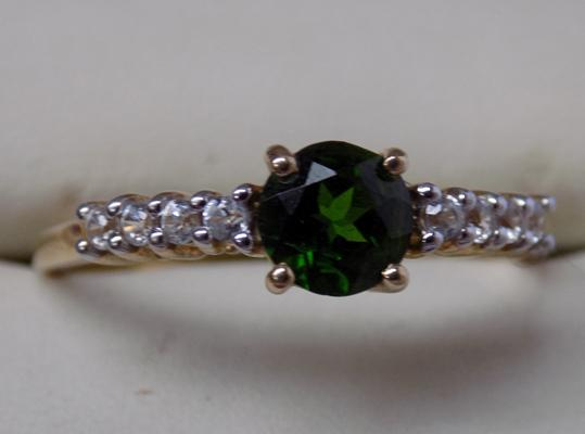 9ct Gold chrome Diopside & white topaz ring, size approx S