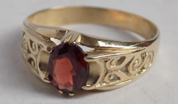 9ct Gold gents garnet signet ring-scrolled shoulders size Z