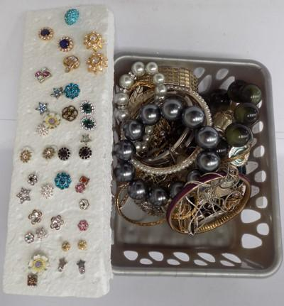 Small selection of costume jewellery inc collection of fashion earrings