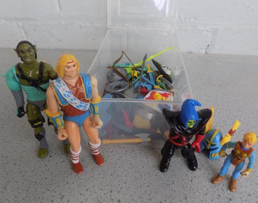 4 1983 Dungeon and Dragons figures with weapons and armour
