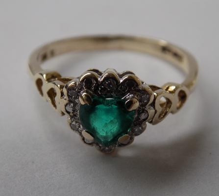 9ct gold diamond & heart shaped green stone ring with shoulders, size L 1/2