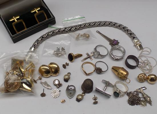 Collection of mixed silver, white metal & yellow metal items inc jewellery