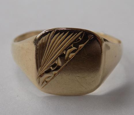 9ct gold signet ring, size T 1/2