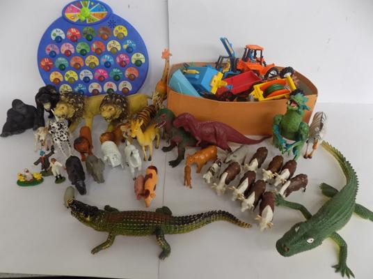 Box of over 100 animals & dinosaurs, incl. britains