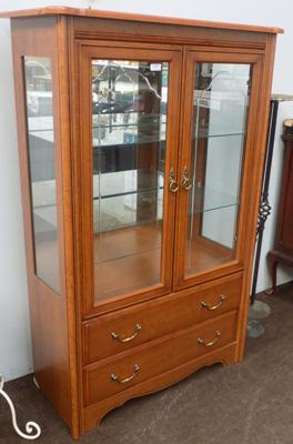 Glass display cabinet with 2 drawers and fitted light