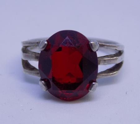 Vintage sterling silver ring with large Garnet solitaire - fully hallmarked