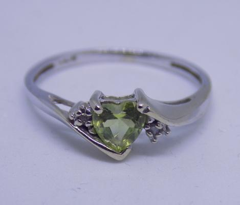9ct gold diamond & peridot heart ring in white gold, size O
