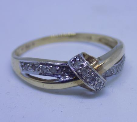 9ct gold diamond knot & crossover ring, size Q