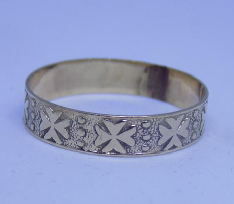 9ct gold ring with a Maltese cross pattern, size X 1/2