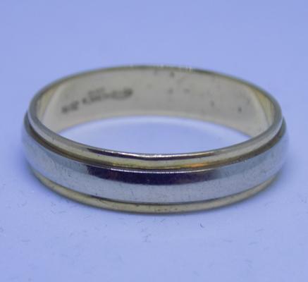 18ct two tone gold - yellow & white - ring, size V 1/2