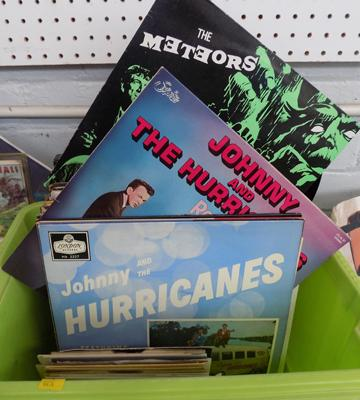 Box of LPs and singles of Rock n.Roll, Rockabilly