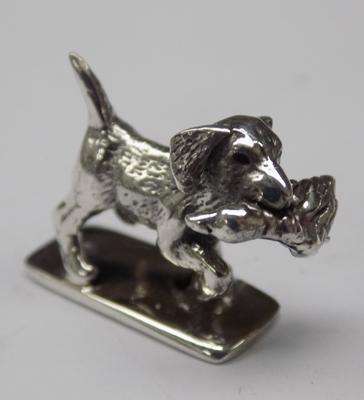 Sterling silver 'Dog with Duck in  Mouth' figure, hallmarked sterling on base, approx. 0.5 inches
