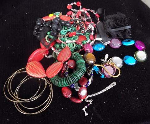 Small selection of costume jewellery